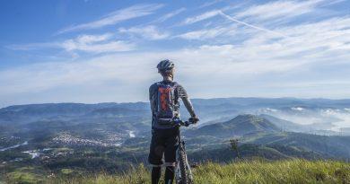 Balade à vélo en montagne par beau temps