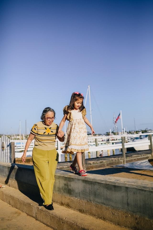 Grand mère avec sa petite fille