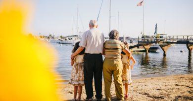 Grands parents avec leurs petits enfants