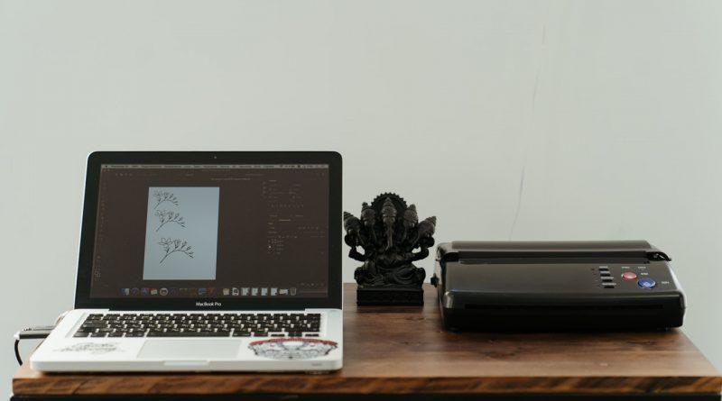 Un imprimante et un ordinateur
