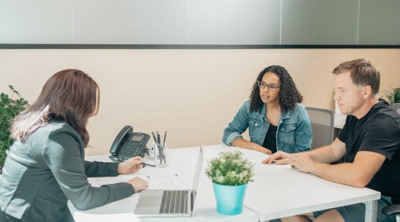 Des adultes discutant dans un bureau