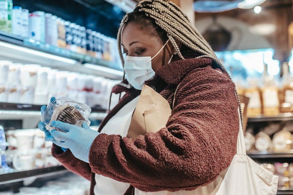 Femme lisant une étiquette sur un produit alimentaire
